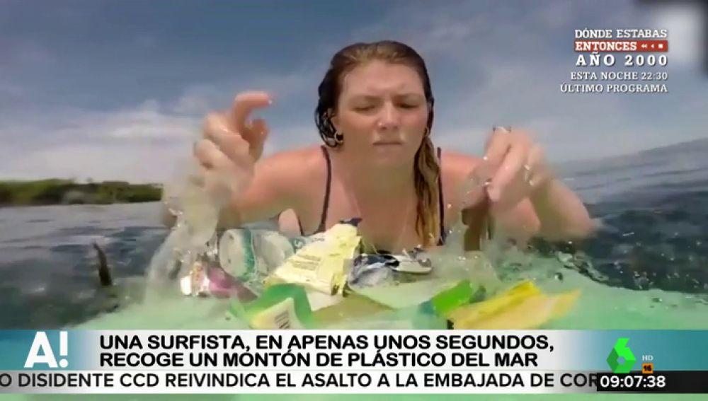 El vídeo que ilustra la contaminación de los océanos: una joven recogiendo toda la basura que se encuentra mientras surfea