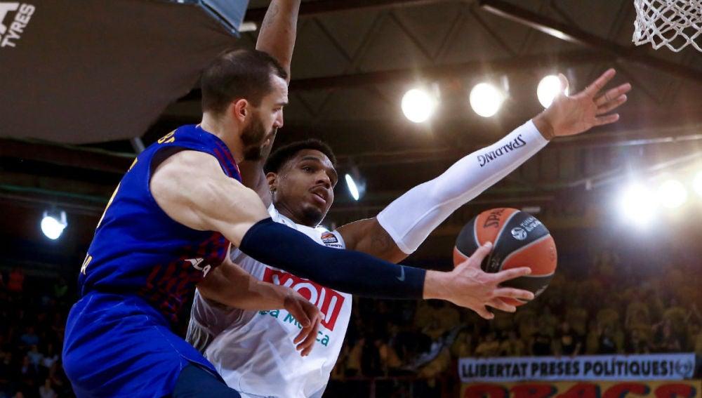 Pau Ribas penetra a canasta en el partido del Barcelona