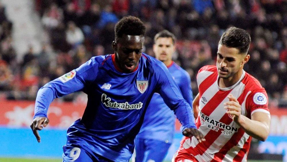 Iñaki Williams conduce el balón en el partido frente al Girona