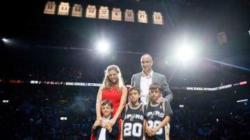 Ginobili, junto a su familia, con su camiseta colgada en lo alto del pabellón de los Spurs