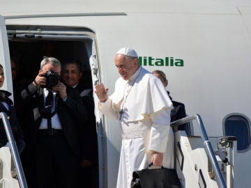 El Papa junto al avión que suele utilizar