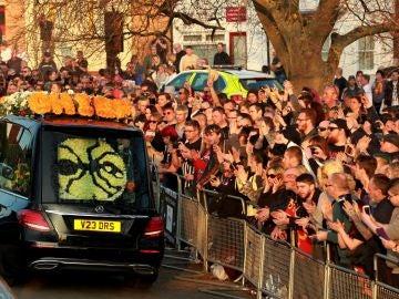 Seguidores se acercan al coche fúnebre del cantante Keith Flint