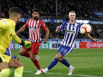 Momento del partido entre Alavés y Atlético de Madrid