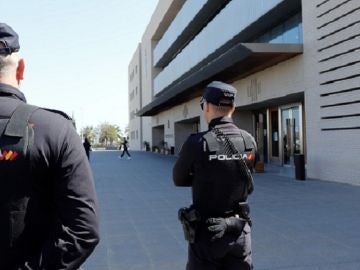 Imagen de la Policía Nacional vigilando las puertas de la Audiencia de Castellón