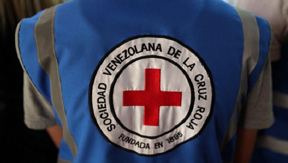 Una persona usa un chaleco de la Cruz Roja Venezolana durante una rueda de prensa del presidente de la Federación Internacional de Sociedades de la Cruz Roja y de la Media Luna Roja