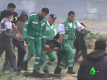 Imagen de efectivos sanitarios atendiendo a un herido el aniversario de la Marcha del Retorno de Gaza