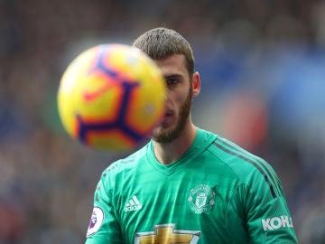 David de Gea mira al balón durante un partido