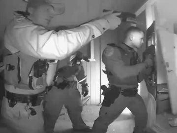 El momento en el que la Policía de Arizona irrumpe en la casa de una familia para llevarse a un niño enfermo y sin vacunar