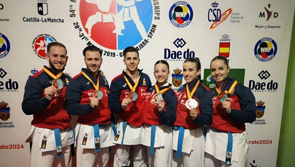 Los campeones de Europa de kata posan con sus medallas
