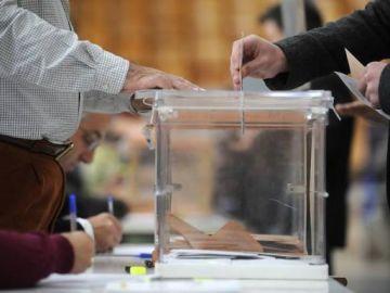 Imagen de archivo de una mesa electoral.
