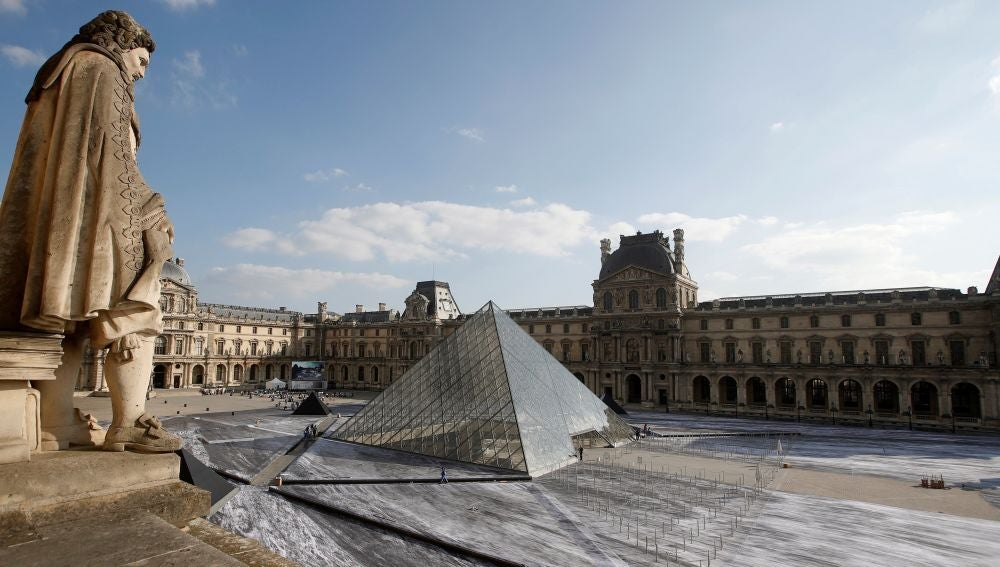 Obra del fotógrafo francés Jean Rene a las afueras del Museo del Louvre