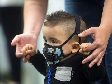 Consiguen curar a Derek, el primer bebé con síndrome del niño burbuja detectado por la prueba del talón