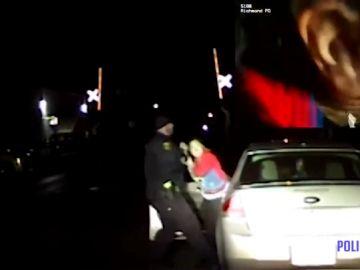 Denuncian a un policía por golpear y zarandear a una conductora por llevar una luz fundida en Florida