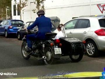 La imagen que arrasa en redes sociales: multan a una pareja por ir a su boda con la ITV de la motocicleta caducada