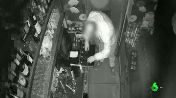 Detienen a un ladrón que rompía escaparates con tapas de alcantarilla