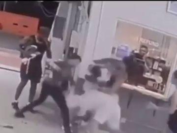 Dos boxeadores dan una brutal paliza a un hombre y dos mujeres en un parking