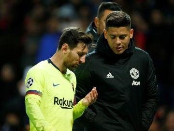 Leo Messi, atendido tras el golpe de Smalling