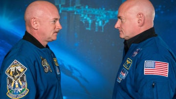 Los hermanos Kelly en el Centro Espacial Johnson