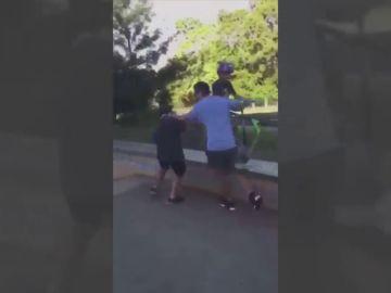 El polémico vídeo de un padre agrediendo a los abusones de su hijo en un skatepark en Australia