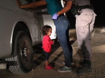 Yana, hondureña, llora mientras cachean a su madre, Sandra Sánchez en la frontera de Estados Unidos