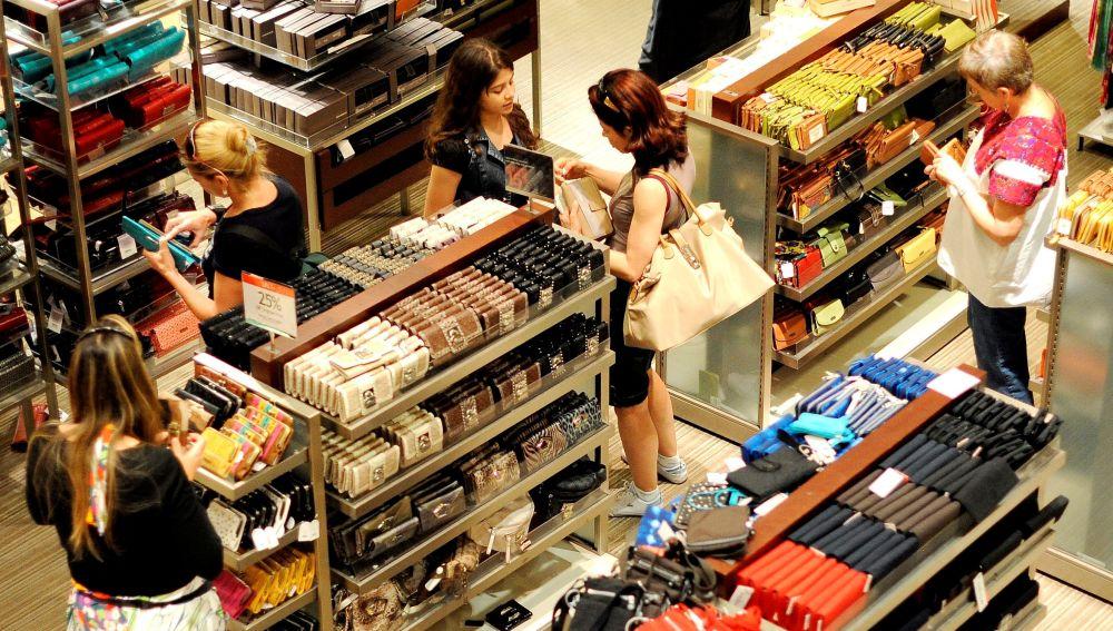 Imagen de archivo de clientes en una tienda.