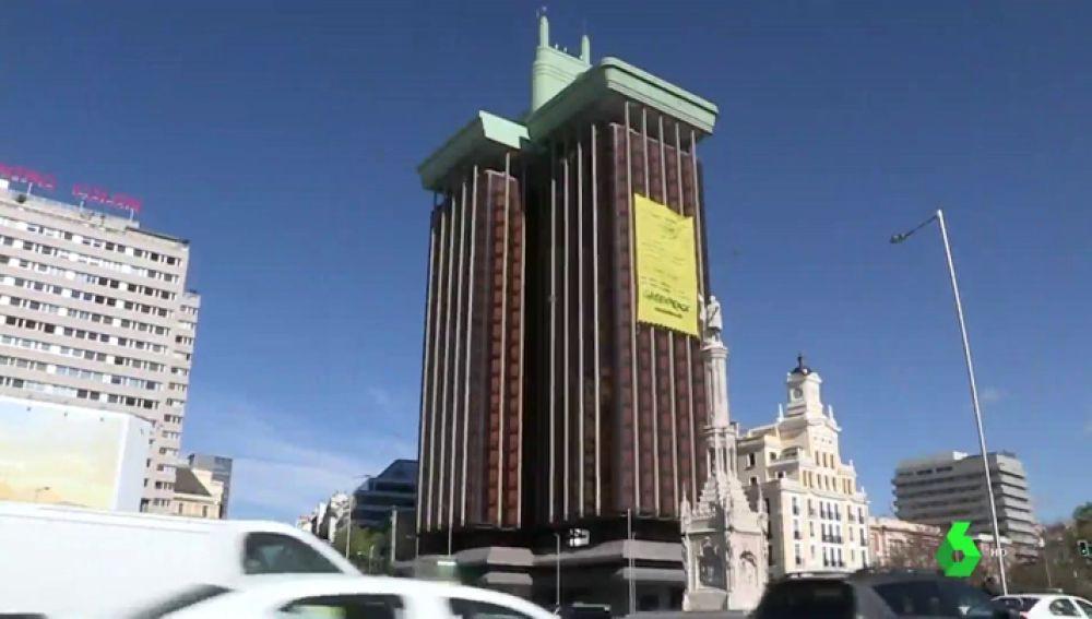 Greenpeace despliega una enorme pancarta en Madrid para exigir acciones políticas que protejan al medio ambiente