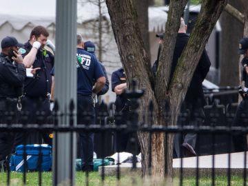 Agentes del Servicio Secreto rodean a un hombre en Lafayette Park, quien intentó prenderse fuego frente a la Casa Blanca