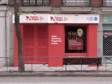 La primera jugada del PP en campaña: monta 'Falcon Viajes' junto a la sede del PSOE en Ferraz
