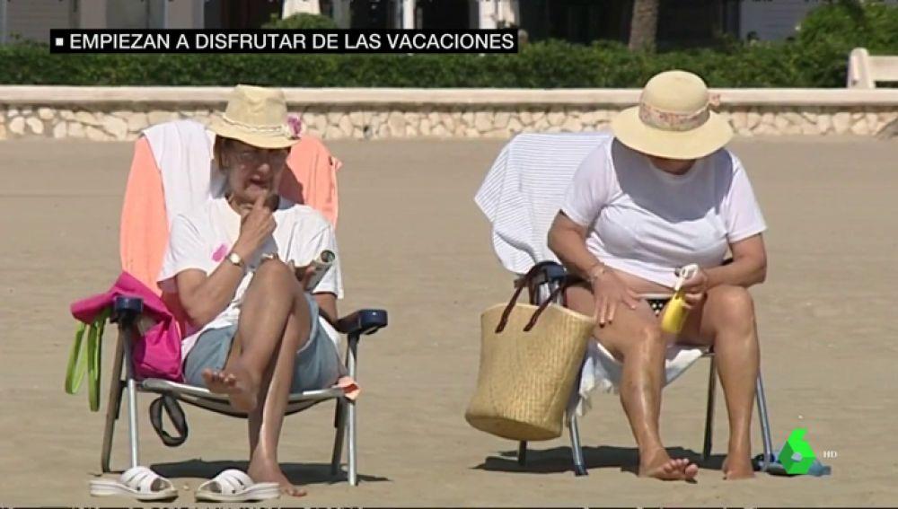 Varias señoras en la playa