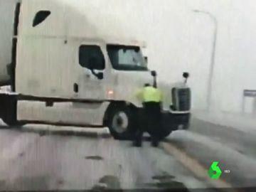 Policía estadounidense ayudando a vehículos varados por una tormenta de nieve