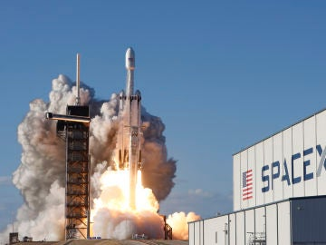 El cohete 'Falcon Heavy' de SpaceX durante su despegue.