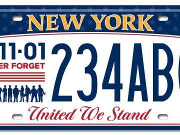 Fotografía cedida por el Departamento de Vehículos de Motor del estado de Nueva York de una nueva placa que recuerda a las víctimas del atentado terrorista del 11S