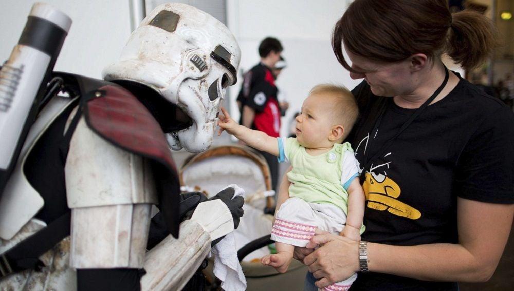 Imagen de una mujer y un bebé con un 'Stormtrooper'