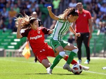 Nuria Ligero intenta mantener la posesión ante Olga Carmona