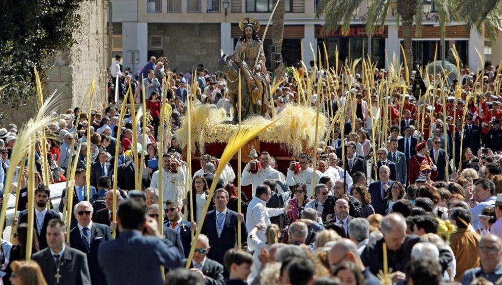 Imagen de la procesión de las palmas blancas de Elche, reconocida como bien de Interés Turístico Internacional.