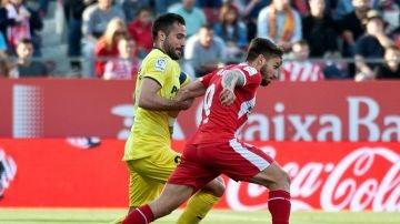 Portu y Mario Gaspar pugnan por la posesión del balón