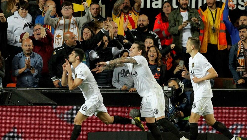 Guedes celebra un gol