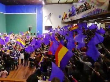 Banderas de la República en un acto de Podemos en Eibar