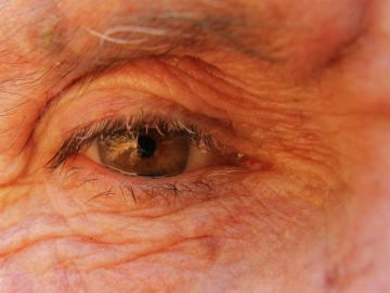 Imagen de archivo del ojo de una persona mayor
