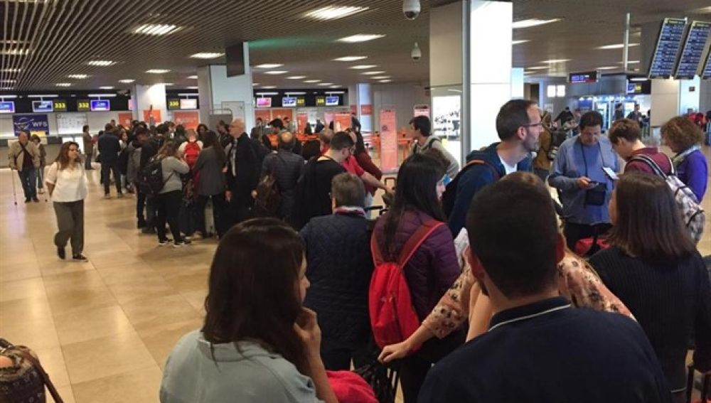 Imagen de las colas en el aeropuerto madrileño de Barajas.