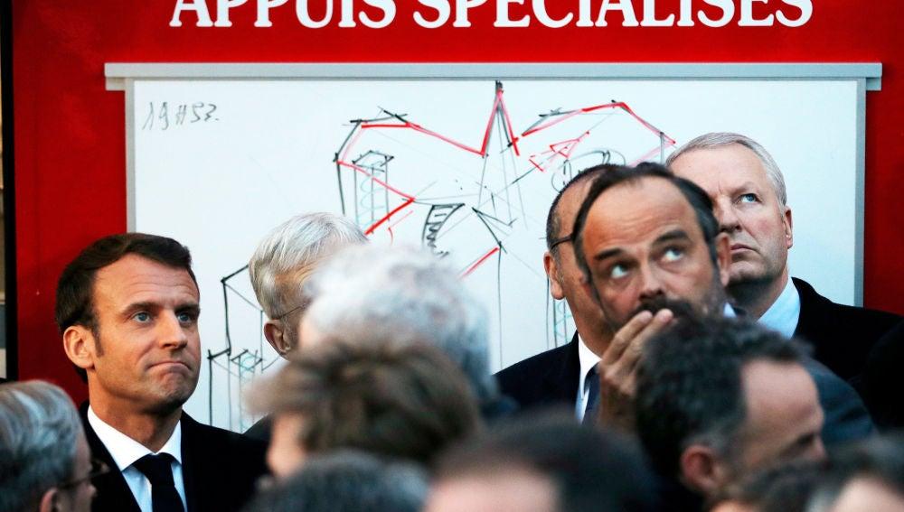 El presidente francés, Emmanuel Macron, y el primer ministro, Edouard Philippe, observan el incendio en Notre-Dame.