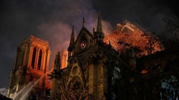 Notre Dame, ardiendo