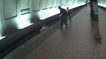 Un hombre intenta salir de las vías del metro en Maryland, EEUU.