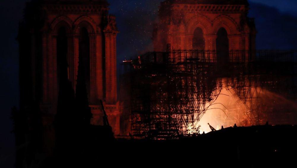 Vista general del incendio que consume el techo de la catedral de Notre Dame