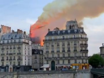 Incendio en Notre-Dame: el video del momento en que se derrumba la aguja de la catedral