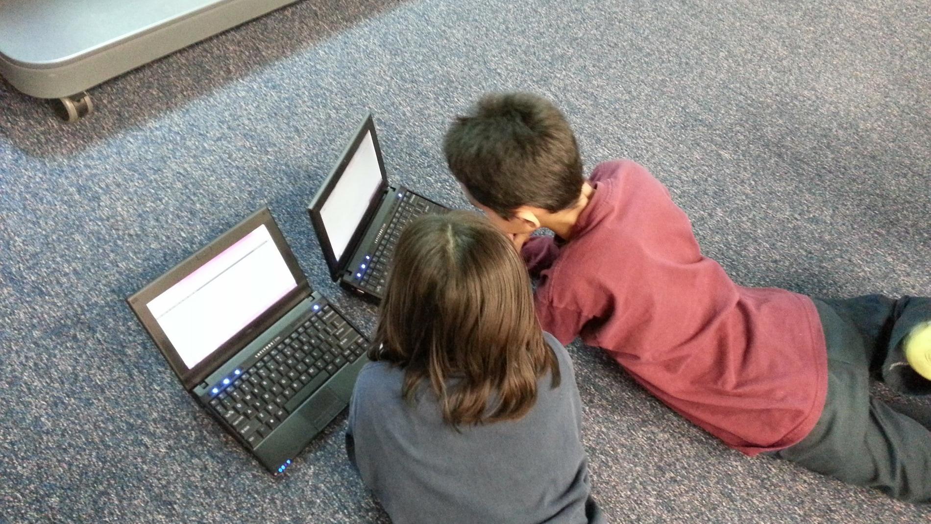 Los adolescentes con pantallas en el dormitorio estudian menos tiempo