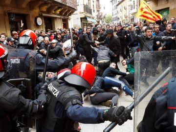 La Ertzaintza ha tenido que cargar contra los manifestantes para proteger al candidato de Ciudadanos