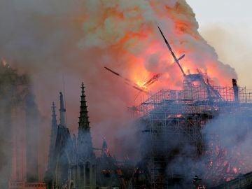 Primer plano de las llamas del incendio de la catedral de Notre Dame