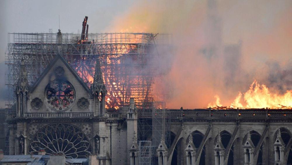 Las llaman devoran la catedral de Notre Dame