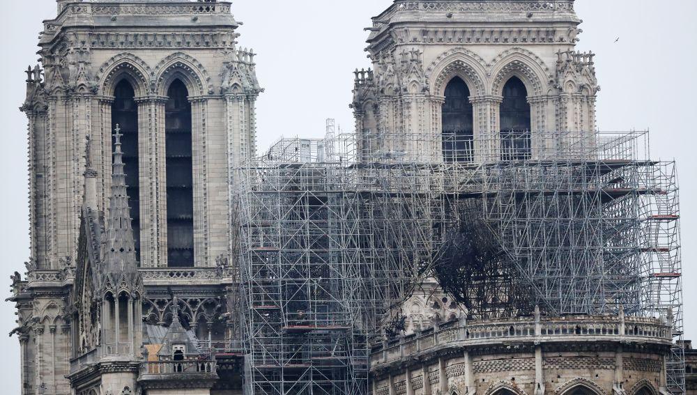 Vista de uno de los andamios destruidos por las llamas en la fachada de la catedral de Notre Dame